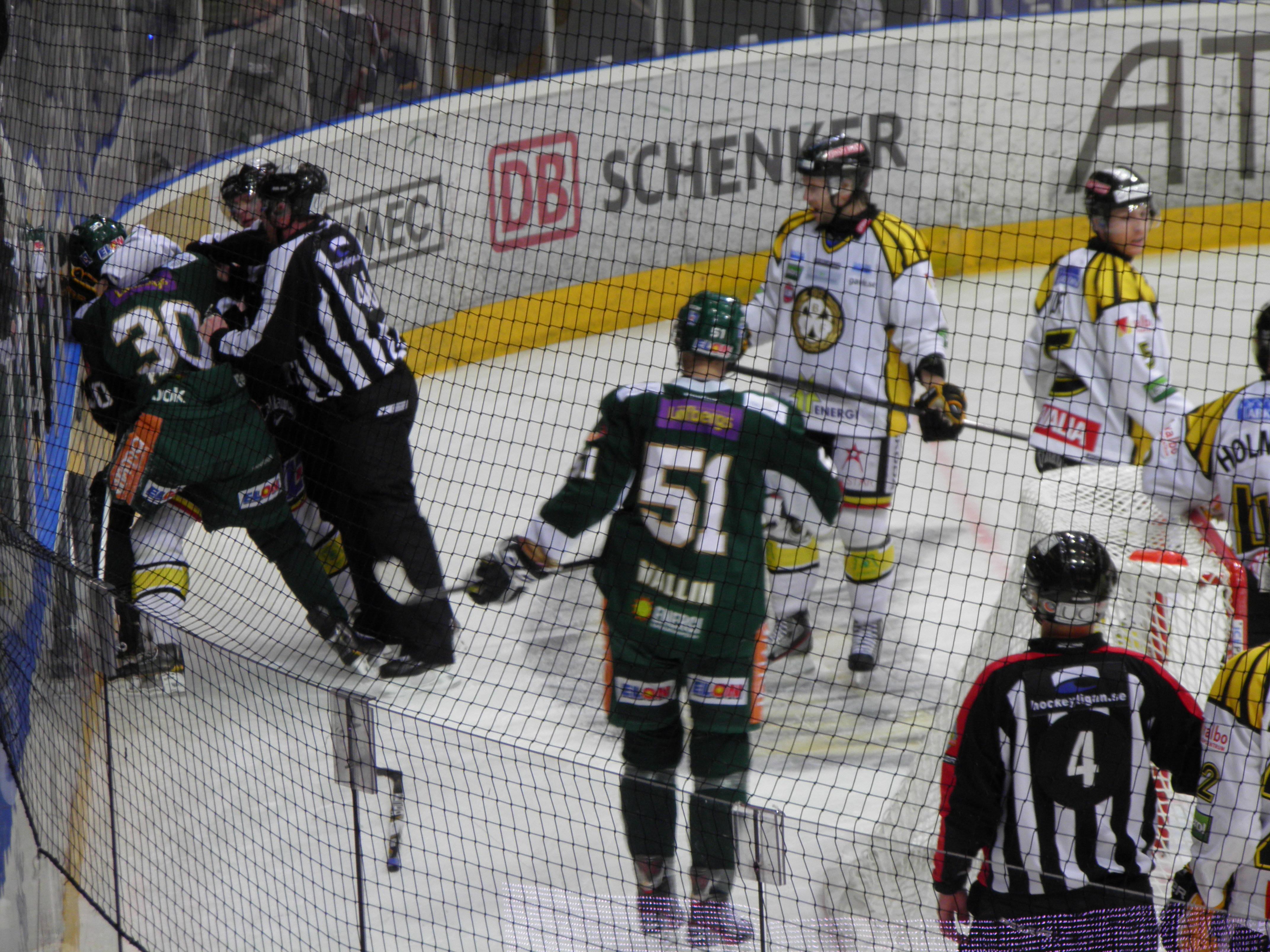 Grinigt på isen; här är det Paulsson och Hansen som rykt ihop. Foto: Marie Angle/fbkbloggen