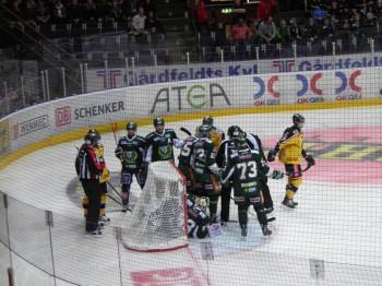 Lite heta känslor på isen, som här när Pyörälä i matchinledningen kört in både Salák och puck i målet. Foto: Marie Angle/fbkbloggen