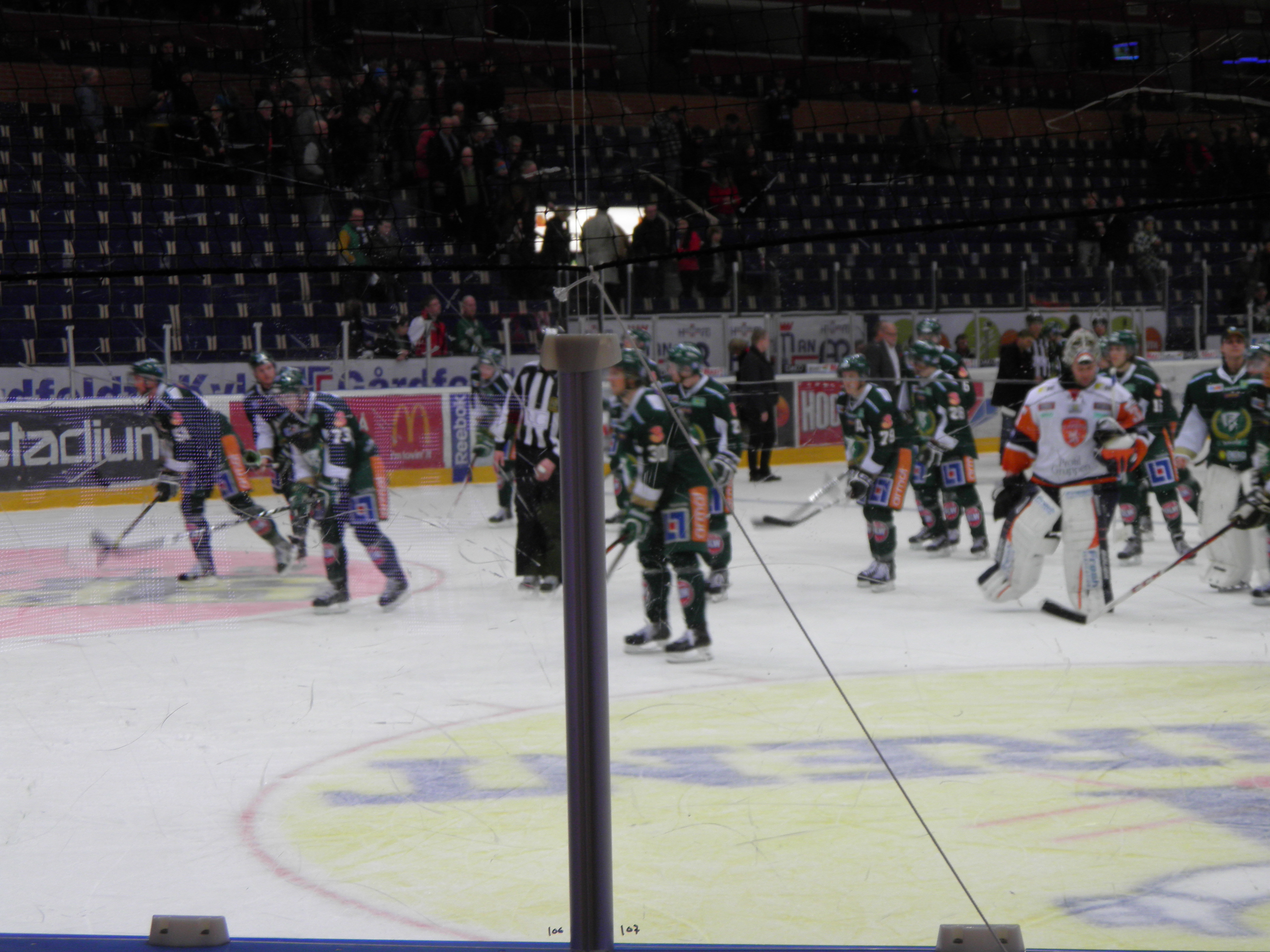Färjestadsspelarna tackar publiken efter vinsten mot Växjö Foto: Marie Angle/fbkbloggen