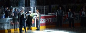 """Jörgen Jönsson uppvaktas av föreningen med anledning av att han nyligen valts in i den svenska Hockey Hall of Fame. Ståplats körde den gamla favoritramsan """"Jörgen Jönsson går på vatten""""   och resten av publiken gav stående ovationer! Foto: Robin Angle/fbkbloggen"""