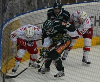 Tufft och tätt i närkamperna var det på isen. Foto: Robin Angle/fbkbloggen