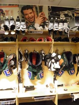 """""""Det sitter i väggarna"""" - även i omklädningsrummet påminns spelarna hela tiden om klubbens ärorika historia då de omges av bilder från stora ögonblick. Foto: Marie Angle/fbkbloggen"""