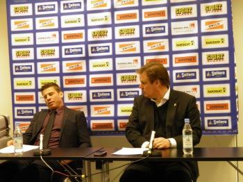 Ibland säger en bild mer än tusen ord. Samuelsson ville få presskonferensan avklarad så fort som möjligt, men var stor i nederlagets stund. Foto:Marie Angle/fbkbloggen
