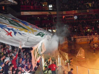 Upplagt för fest i LLA på långfredagen när semifinalserien mot Luleå äntligen inleddes.Tifot föreställer Värmlands landskapsvapen, Färjestads sköld samt Karlstads stadsvapen. Foto: Marie Angle/fbkbloggen