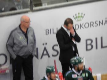 Något suddigt, men Radek Hamr ser inte nöjd ut i FBK-båset... Foto: Marie Angle/fbkbloggen