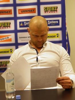 Andreas Johansson studerar matchstatistiken. Foto: Marie Angle/fbkbloggen
