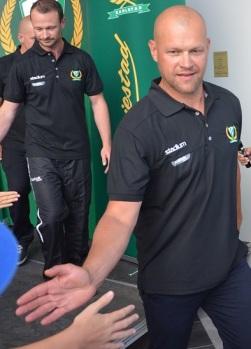 Andreas Johansson och övriga i tränarstaben hälsar på fansen efter att årets trupp presenterats 29/7. Foto: Robin Angle/fbkbloggen