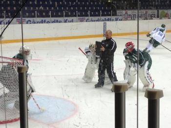 Nyheten om att Bryzgalov  tränar med Granqvist och FBK nästa veck slog ned som en bomb i Hockeysverige. Under dagens träning var det dock business as usual för Grana och de andra.  Foto: Marie Angle/fbkbloggen