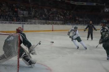 Taylor, fortfarande i Calgarymasken, i målet. Foto: Robin Angle/fbkbloggen