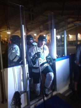 FBK-spelarna lämnar isen efter årets enda träningsmatch. Nästa gång de äntrar isen för match är det ET-premiär mot Helsingfors, 13/8 i LLA. Foto: Marie Angle/fbkbloggen