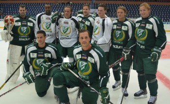 Olofsson med nyförvärven i A-laget. Mer spel med A-laget är ett viktigt personligt mål för Olofsson i år. Foto: Robin Angle/fbkbloggen