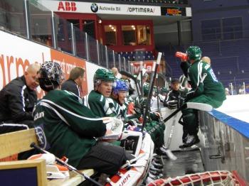 Bryzgalov och Granqvist diskuterar i båset under en av vätskepauserna. Foto: Marie Angle/fbkbloggen