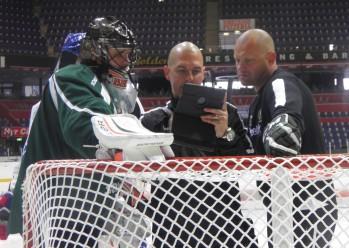Delvis skymd Magnus Nygren, Ilja Bryzgalov, Erik Granqvist och Andreas Johansson kollar videoupptagningen av senaste övningen. Foto: Marie Angle/fbkbloggen
