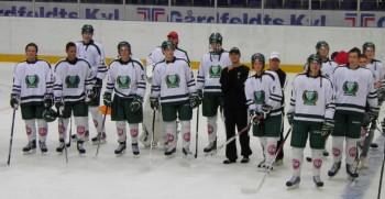 Johan Olofsson, som är assisterande kapten i J20-laget tackar tillsammans med lagkamraterna publiken efter finalvinsten. Foto: Joakim Angle/fbkbloggen