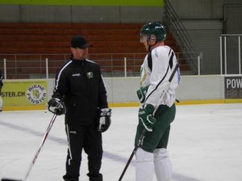 Radek Hamr instruerar Liffiton på kanadensarens enda träning med laget före kvällens match mot ZSC Lions. Foto: Joakim Angle/fbkbloggen