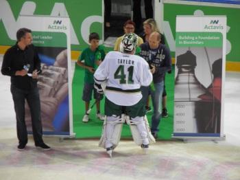 """Danny Taylor tar emot priset """"2 stjärnor"""" vid ceremonin efter matchen. Foto: Joakim Angle/fbkbloggen"""