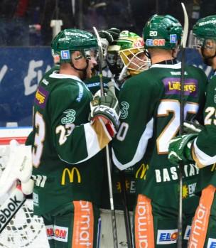 PW klappas om av lagkamraterna. Foto: Robin Angle/fbkbloggen