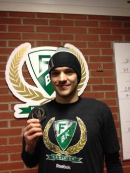 Charles Bertrand med pucken han fick som minne efter sitt första SHL-mål! Foto: Marie Angle/fbkbloggen
