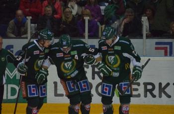 Ole-Kristian Tollefsen lämnar isen, stödd av kollegorna Anton Grundel och Per Åslund. Foto: Robin Angle/fbkbloggen