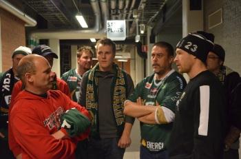 Martin Röymark i samspråk med några av de tillresta fansen. Foto: Robin Angle/fbkbloggen