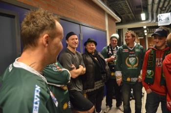 Det var oerhört uppskattat att de norska spelarna tog sig tid att träffa de tillresta Tönsberg Vikingssupportrarna! Här är det Marius Holtet som diskuterar kvällens match med några av dem. Foto: Robin Angle/fbkbloggen