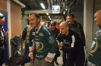 Anders Bastiansen signerar Christian Aarums tröja. Foto: Robin Angle/fbkbloggen