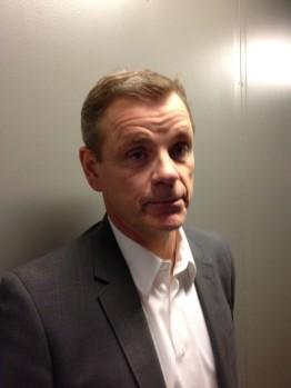 Håkan Loob mötte pressen i pausen mellan första och andra perioden för att berätta om dagens spektakulära nyhet: Magnus Nygren är på väg hem! Foto; Marie Angle/fbkbloggen