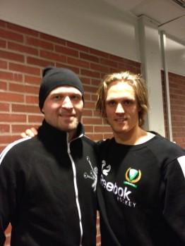 Kärt återseende! Magnus Nygren kramas om av forne lagkamraten Jonas Frögren efter matchen Foto: Marie Angle/fbkbloggen