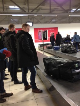 Uppskattad roadtrip! På flygplatsen tidigare idag: Joakim Hillding och Martin Röymark väntar på trunkarna. Foto: Marie Angle/fbkbloggen