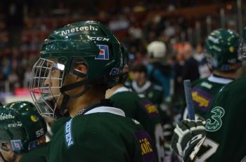 Bakom gallret döljer sig en av svensk hockeys hetaste framtidsmän - Oliver Kylington Foto: Robin Angle/fbkbloggen