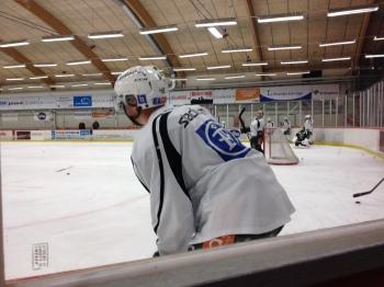 Joakim Hillding väntar på sin tur i kylslagna Kobbs Arena Foto: Marie Angle/fbkbloggen