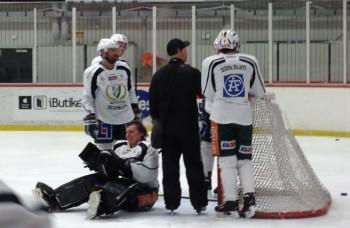 Alla höll andan när Tuokkola fick sig en smäll mot slutet av träningen, men allt slutade lyckligtvis med leenden och skratt.... Foto: Marie Angle/fbkbloggen