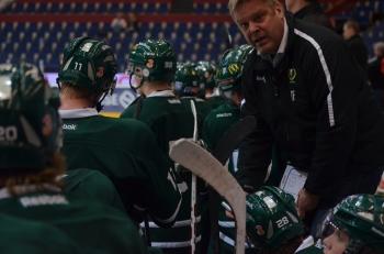Thomas Fröberg coachar i båset. Foto: Robin Angle/fbkbloggen