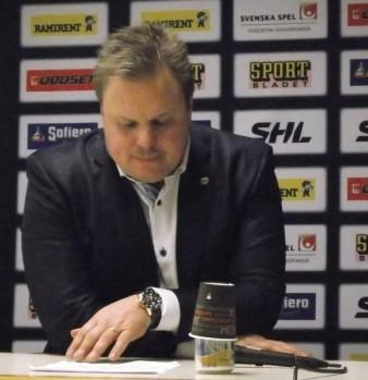Leif Carlsson möter, precis som sina tränarkollegor, alltid pressen direkt efter avslutad match. Ibland en utmaning, sett till den tuffa säsongen... Foto: Robin Angle/fbkbloggen