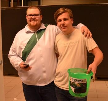 Sebastian och Chrille, en av killarna som går omkring med insamlingshinkarna i Löfbergs Arena. Foto: Robin Angle/fbkbloggen
