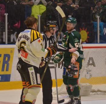 """""""Här kompis, du tappade något!"""" Tollefsen räcker hjälmen till Brynäs Petteri Nokelainen efter ett gruff. Foto: Robin Angle/fbkbloggen"""