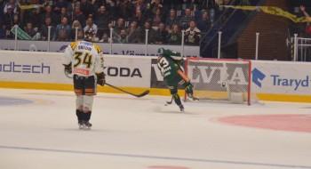 19.36 in i tredje perioden: till publikens jubel sätter Martin Röymark 4-2 i öppen kasse och dödar Brynäs allra sista hopp... Foto: Robin Angle/fbkbloggen