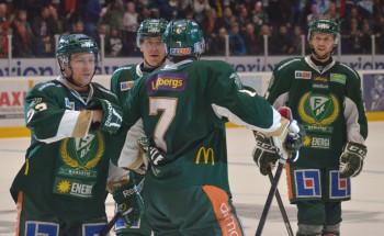 Röymark tar emot lagkamraternas gratulationer efter det förlösande 4-2-målet i tom kasse. Foto: Robin Angle/fbkbloggen